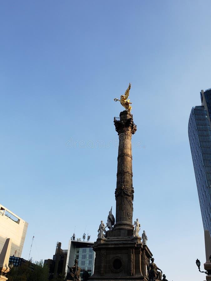 widok między budynkami przy aniołem niezależności rondo w Meksyk obraz royalty free