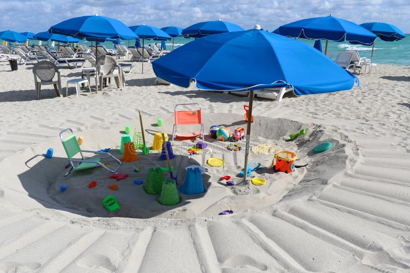 Widok Miami plaża z zabawkami i blueumbrellas fotografia stock