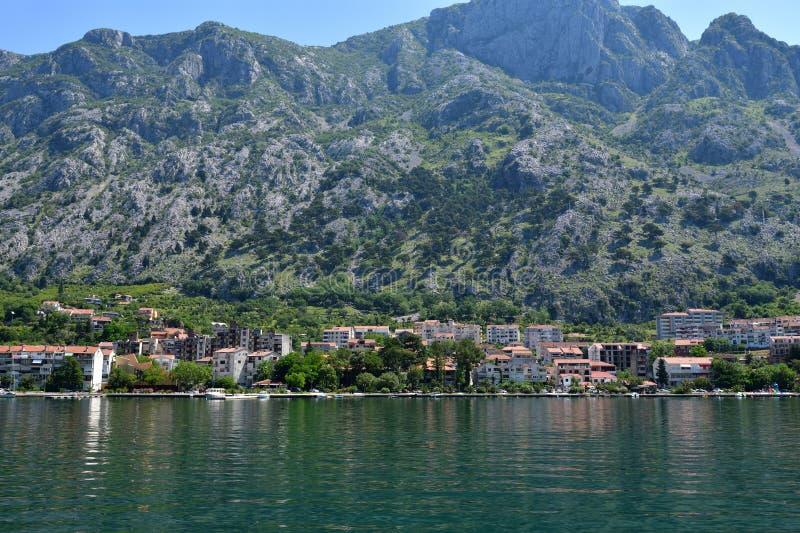 Widok miasta Dobrota z Zatoki Kotoru, Czarnogóra fotografia stock