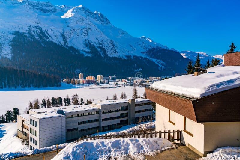 Widok miasteczka St Moritz na banku zamarznięty St Moritz jezioro fotografia royalty free