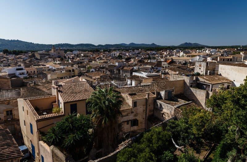 Widok miasto dachy na dalekich górach z góry obraz royalty free