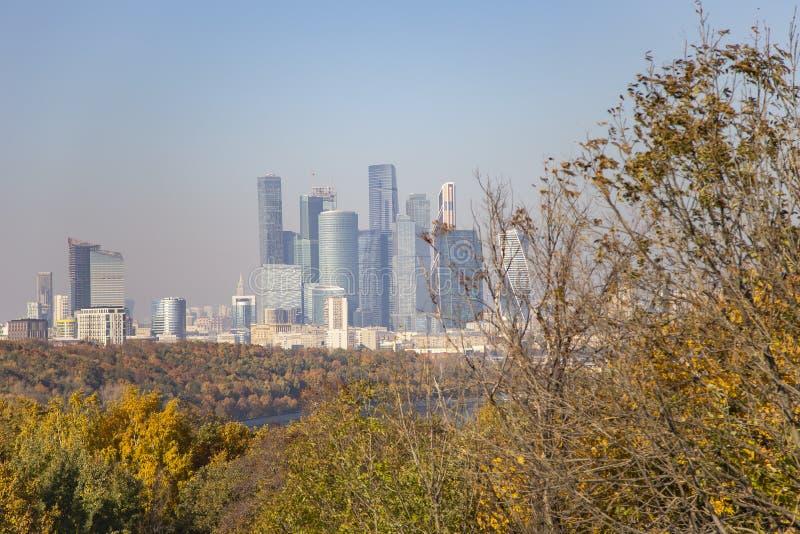 Widok miasto i kompleks drapacz chmur Moskwa miasto od Wróblich wzgórzy fotografia royalty free