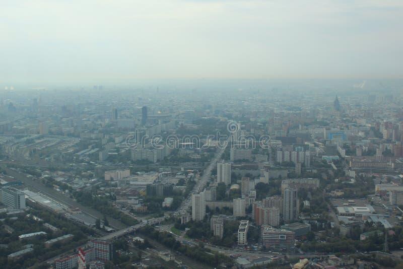 Widok miasto Moskwa od obserwacja pokładu Ostankino telewizji wierza zdjęcie stock