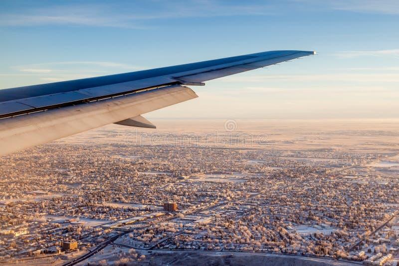 Widok miasto na wschodzie słońca Na zewnątrz Samolotowego okno obraz stock