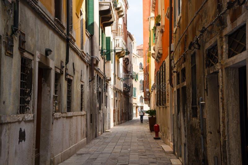 Widok miasto przesmyka ulica w słonecznym dniu w Wenecja, Włochy zdjęcia royalty free