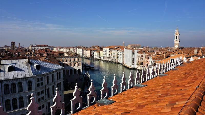 Widok miasto Wenecja od T Fondaco dei Tedeschi domu towarowego fotografia stock