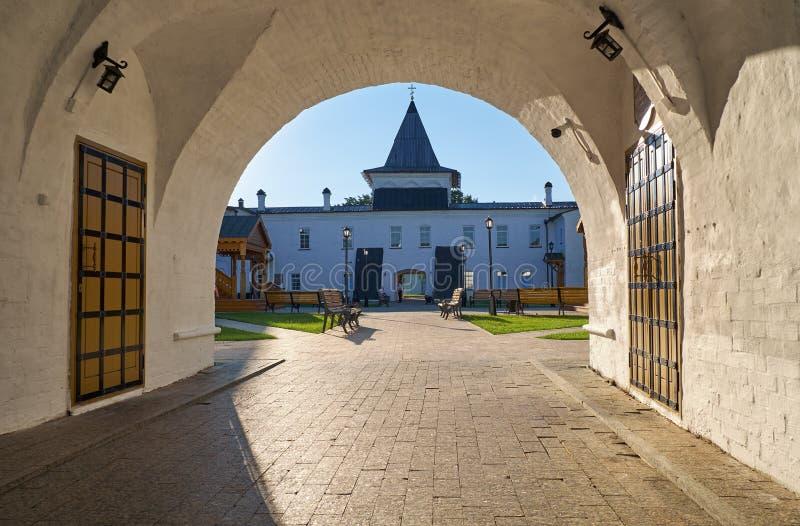 Widok miejsca siedzące podwórze przez wschodniej łękowatej bramy kreml tobolsk Tobolsk Rosja zdjęcia royalty free
