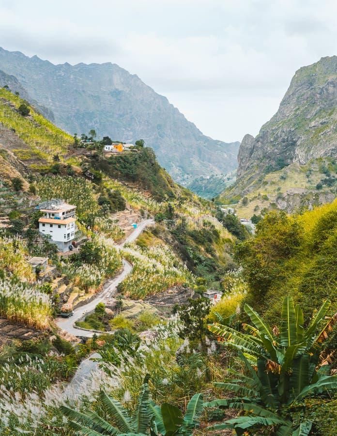 Widok mieszkania między krajobrazem roślinność i górami Paul dolina na wyspie Santo Antao, przylądek zdjęcie stock