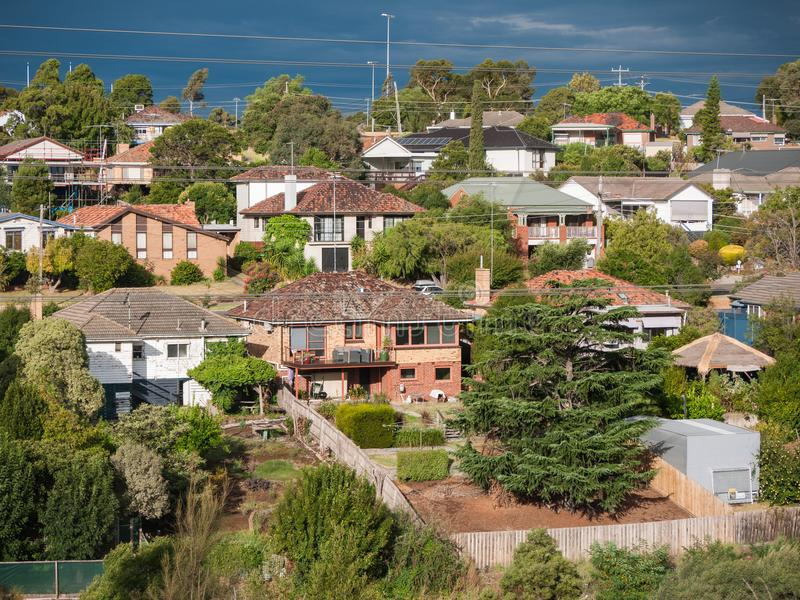 Widok mieszkaniowi domy w Melbourne ` s przedmieściu na wzgórzu zdjęcia stock