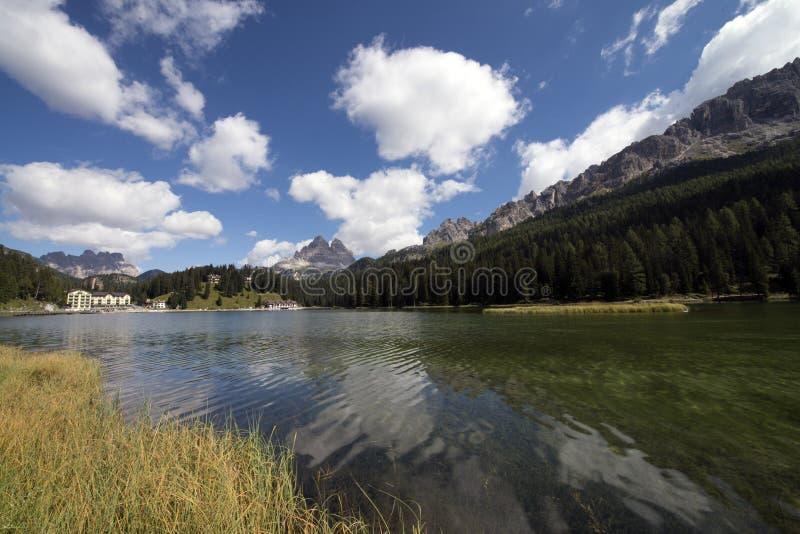 Widok Misurina jezioro tak?e dzwoni? Lago Di Misurina w Belluno, Veneto, W?ochy obrazy stock