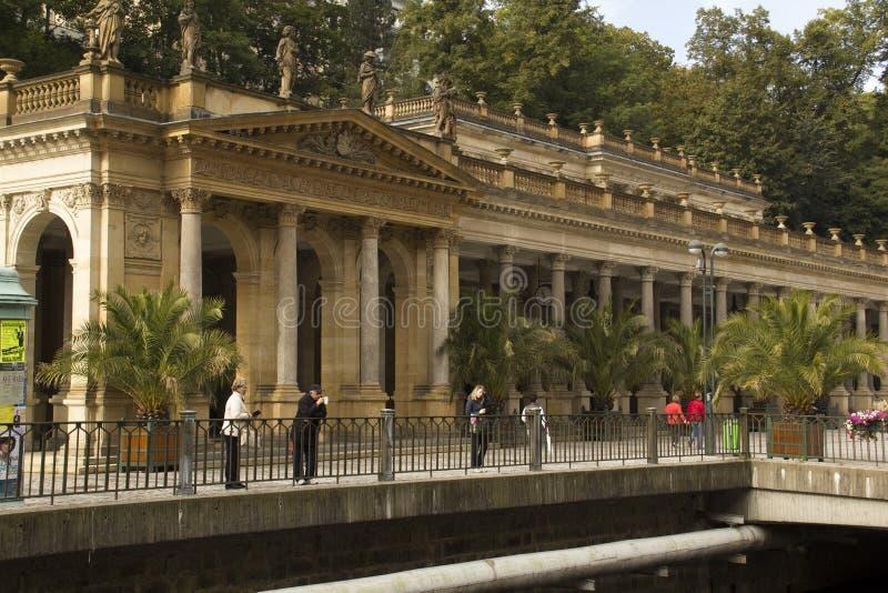 Widok Mlinske kolumnada w Karlovy Zmienia, czecha zdroju sławny miejsce obrazy stock