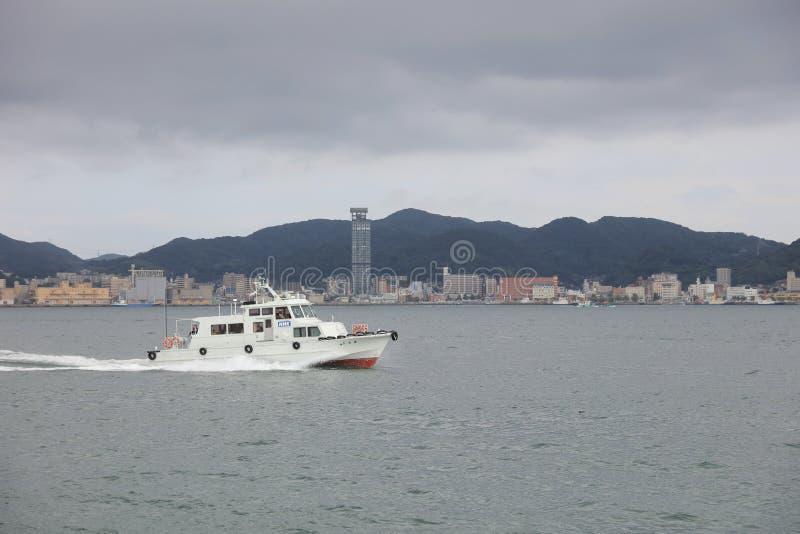 Widok Moji, Kitakyushu miasto przy statkiem zdjęcie stock