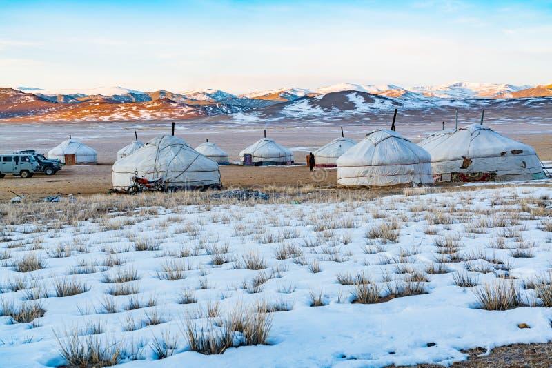 Widok mongoł Ger na śnieżnym stepie w ranku zdjęcia stock