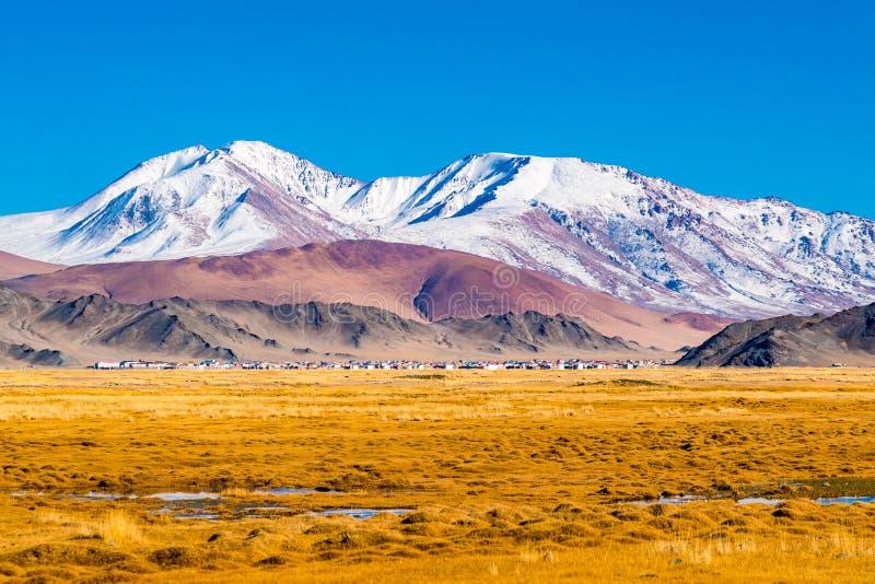 Widok Mongolska wioska przy doliną piękna góra obraz royalty free