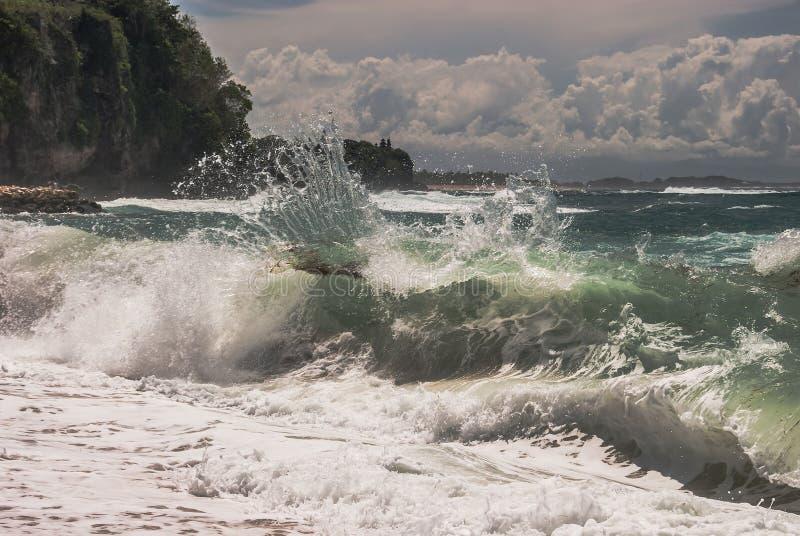 Widok morza lub oceanu fala pluśnięcia patrzeje zamarzniętym i pięknym zdjęcie stock