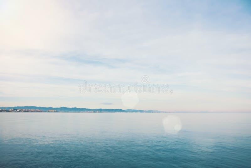Widok morze śródziemnomorskie od plaży Walencja w parzysty, równy obraz royalty free