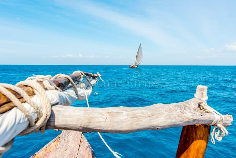 Widok morze i ocean z żaglem od drewnianej łodzi fotografia stock