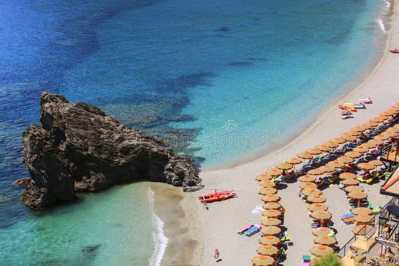 Widok morze i plaża w Monterosso, Cinque Terre, Ligur zdjęcie stock