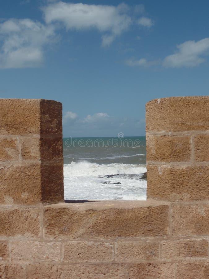 Widok morze jak widzieć od ramparts w Essaouira, Maroko obrazy stock