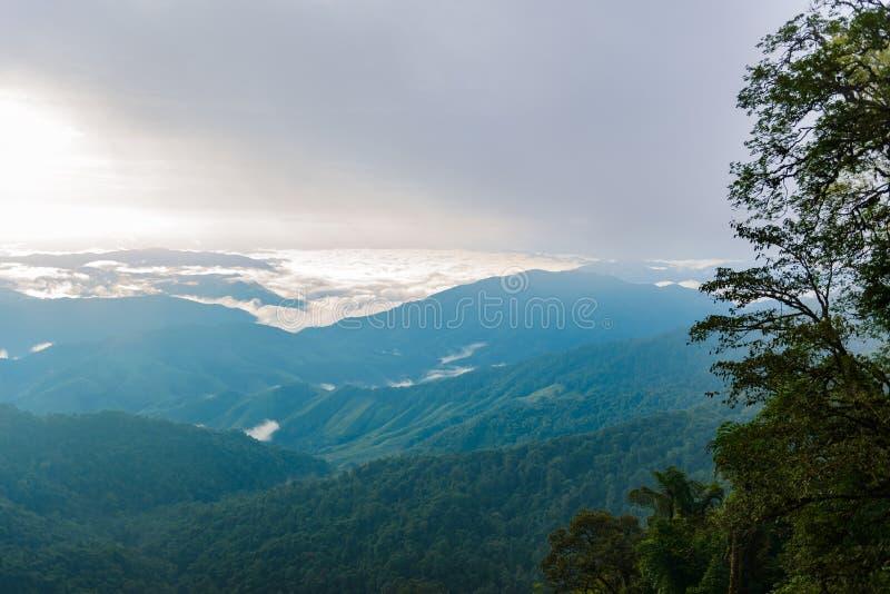 Widok morze mgła w ranku i pasmo górskie obraz stock