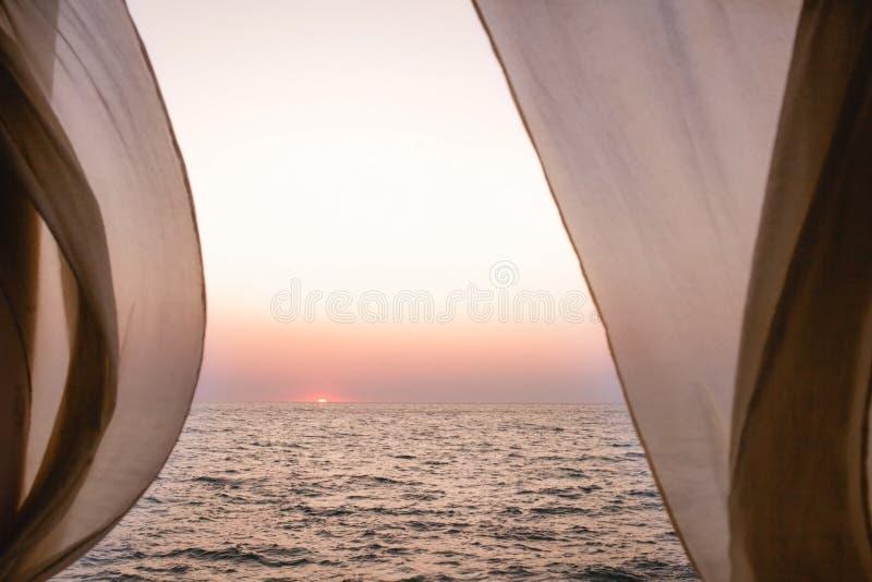 Widok morze przez plażowego domu okno fotografia royalty free