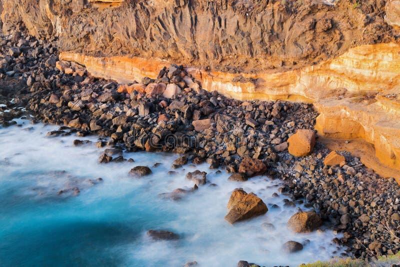Widok morze rozbija na skałach fala i obraz royalty free