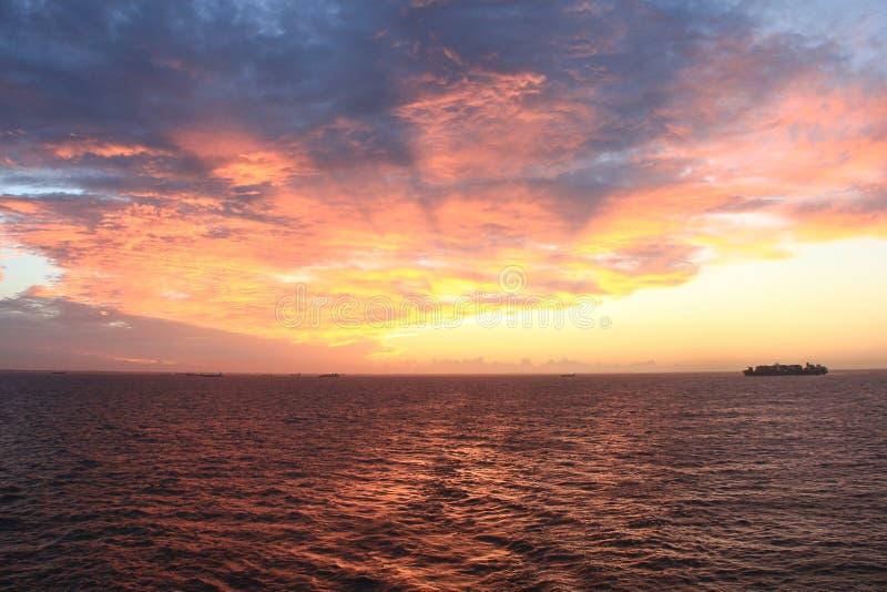 Widok morze w zmierzchu w niebie i późnym popołudniu fotografia stock