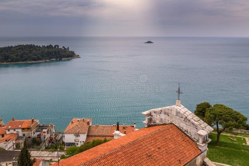 Widok morze z małą wyspą fotografia stock