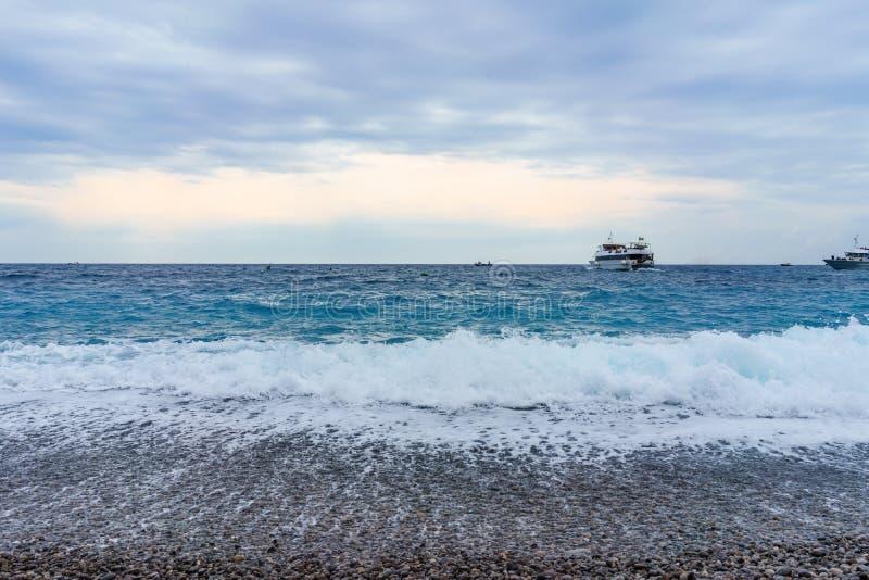 Widok morze z miękkimi delikatnymi fala z pianą w wieczór fotografia royalty free
