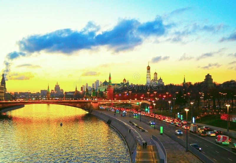 Widok Moskwa rzeka i Moskwa miasto od mosta Kremlin, Panorama przy zmierzchem, Moskwa, Rosja obrazy stock
