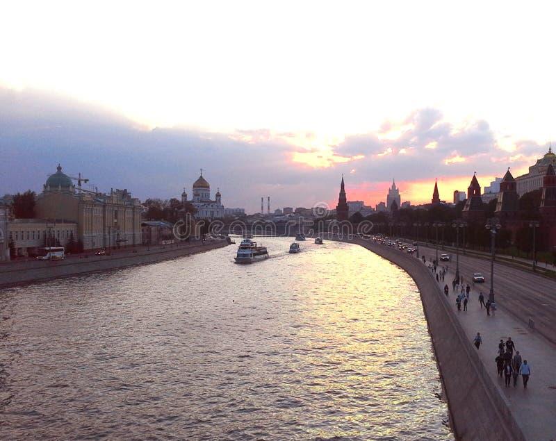 Widok Moskwa rzeka i Moskwa miasto od mosta Kremlin, Panorama przy zmierzchem, Moskwa, Rosja obraz stock