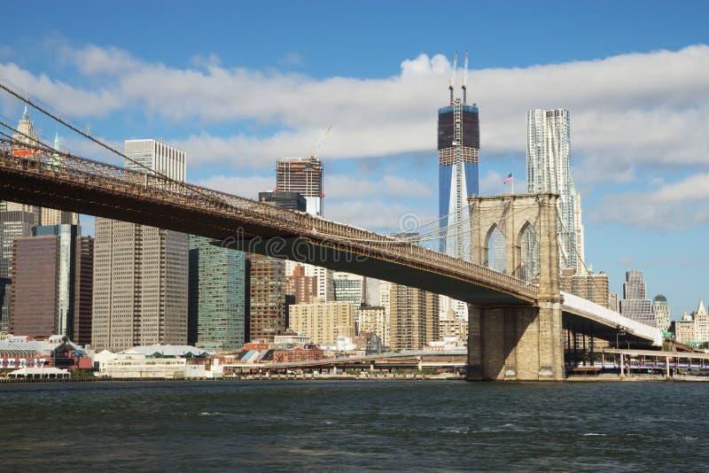 Widok most brooklyński i Freedom Tower przy Manhattan zdjęcie royalty free