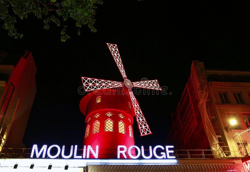 Widok Moulin szminki rewolucjonistki m?yn przy noc? w Pary?, Francja zdjęcie stock