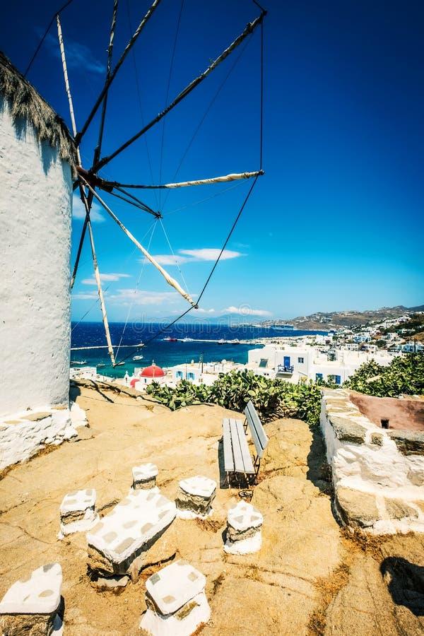 Widok Mykonos wiatraczek i miasteczko zdjęcia royalty free
