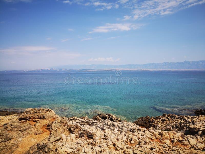 Widok na Adriatyckim morzu od Vir wyspy w Chorwacja zdjęcie stock