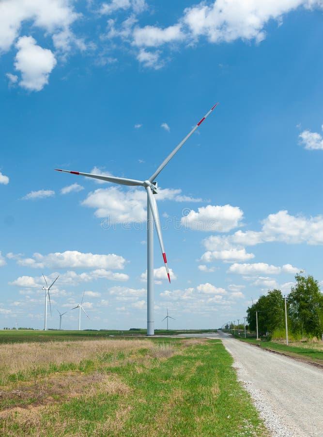 Widok na alternatywnej energii wiatraczkach w windpark w Ulyanovsk przed niebieskim niebem obraz royalty free