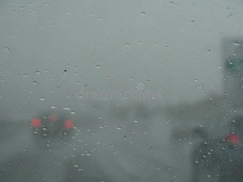 Widok na autostradzie przez mokrego okno obrazy stock