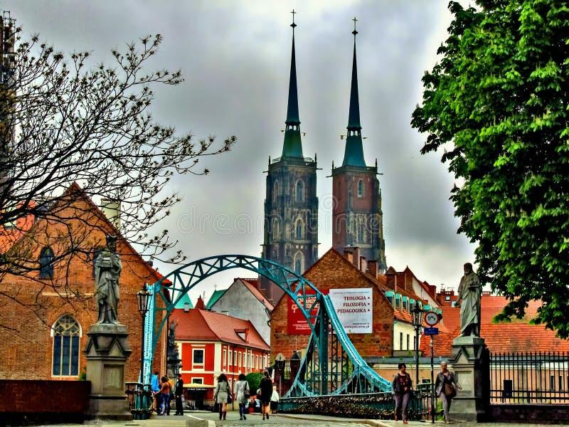 Widok na błękitnym moscie i katedrze St John baptysta w WrocÅ 'aw w Polska zdjęcia stock
