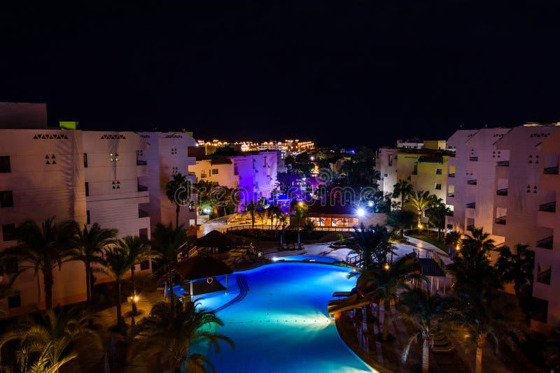 Widok na basenie w hotelowym kurorcie przy nocą zdjęcia stock