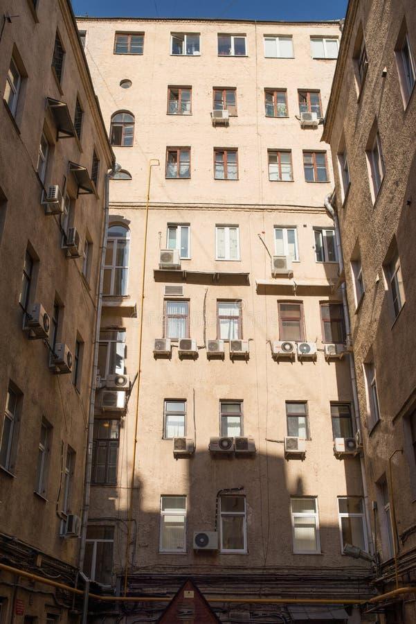 Widok na 3 biege ścian fasadach w well jardzie na pogodnym wiosna dniu, Moskwa, Rosja fotografia royalty free