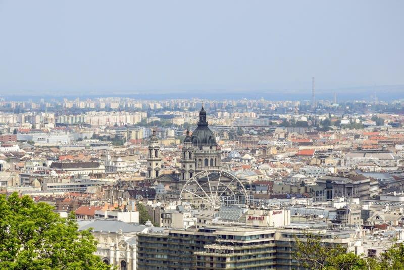 Widok na Budapest od Gellert wzg?rza, W?gry Domy bazylika St Stephen w tle mgłowy ranku niebo zdjęcie royalty free