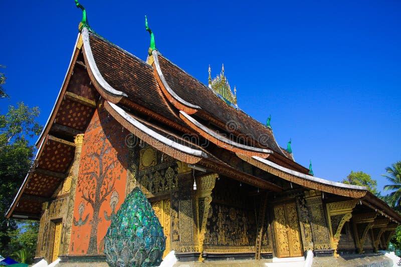 Widok na buddyjskiej świątyni przeciw niebieskiemu niebu - Wata Xieng pasek, Luang Prabang zdjęcie royalty free