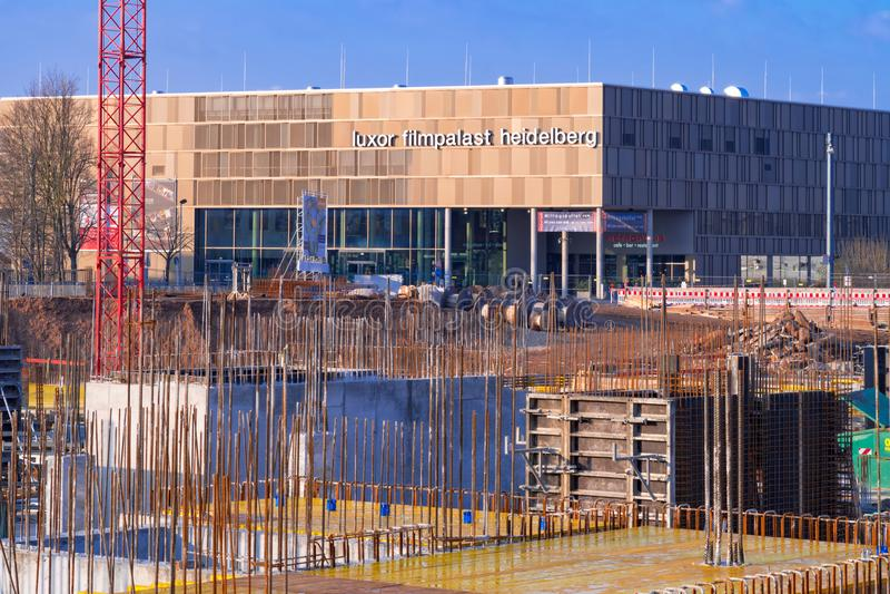 Widok na budowie przed nowożytnym Luxor kinem w nowym okręgu Heidelberg Bahnstadt fotografia stock