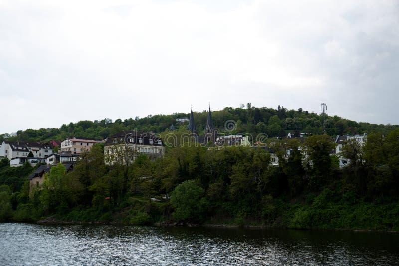 Widok na budynkach blisko wzgórza w bingen jest główny w Hessen Germany zdjęcia royalty free