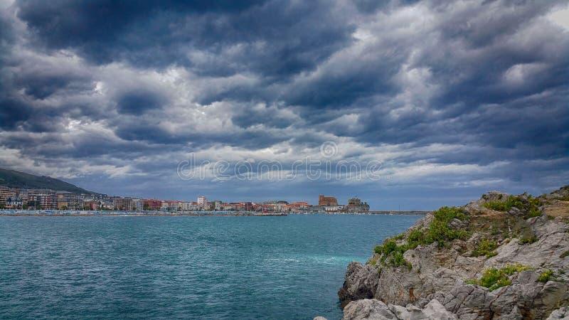 Widok na Castro, Cantabria, Północny Hiszpania Dramatyczny ciemny niebo nad seascape zdjęcie royalty free