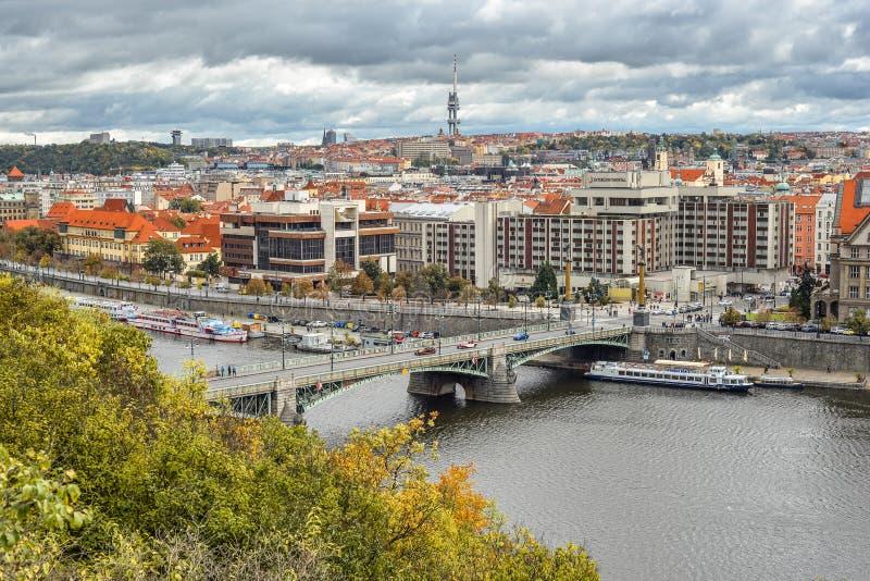Widok na Charles moście, łodzie na Vltava rzece, Międzykontynentalny hotel, Praga republika czech zdjęcia stock