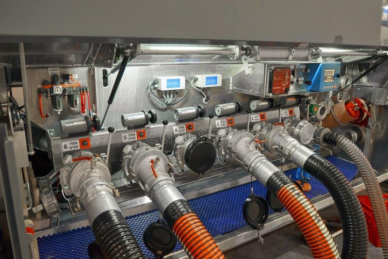 Widok na ciężarowym przyczepa paliwowego zbiornika wyposażeniu i związanych tankowanie wężach elastycznych Tankowanie przyczepy k obrazy stock