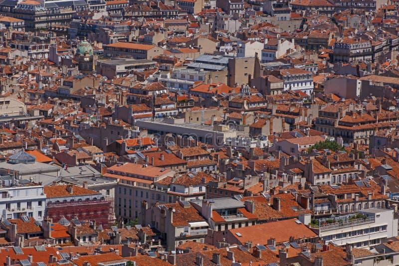 Widok na czerwonych dachach budynki w Marseille zdjęcia stock
