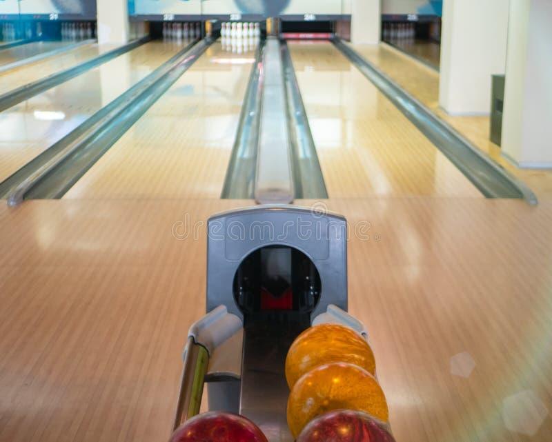 Widok na dwa pustych pas ruchu śladach przy kręgle rozrywki klubem i stojakiem z piłkami przygotowywa dla rywalizacji lub mistrzo zdjęcie stock