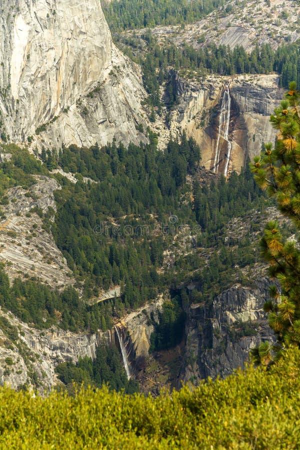 Widok na Dwa siklawach w Yosemite parku narodowym zdjęcie stock